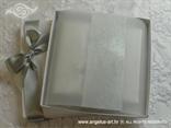bijela pozivnica u kutiji s brošem srce i mašnom