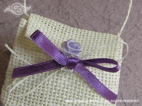 konfet  bijela torbica s mašnom i ružom s konfetima ili lavandom