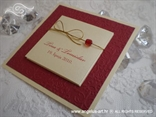 krem crvena pozivnica sa zlatnom mašnicom i blindruckom