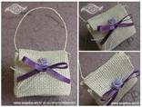 pletena bijela košarica konfet za vjenčanje s ljubičastom mašnom