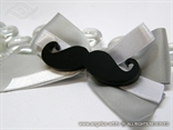 rever za goste vjencanja dekoriran crnim brkovima